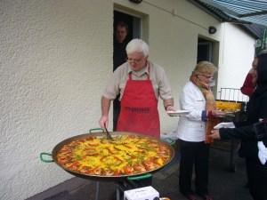 Pater Garcia Latorre bereitet die Paella zu