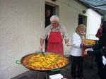 Pater Garcia Latorre bereitet Paella zu