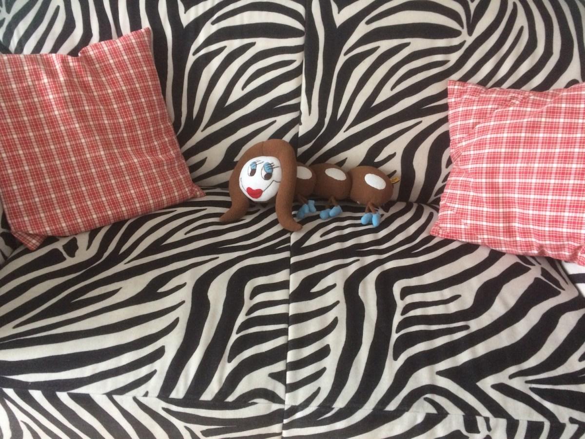 Ottie auf dem Sofa im Birkenhof