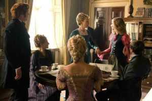Alice (Mia Wasikowska, rechts stehend) ist nach langer Zeit wieder zur?ck in London und trifft auf ihre Mutter Helen Kingsleigh (Lindsay Duncan, Mitte stehend) und Hamish (Leo Bill, links stehend)