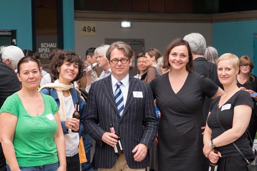 Die Fotografinnen vom Fotoraum mit ihrem Kulturpaten RA Frederik Albrecht