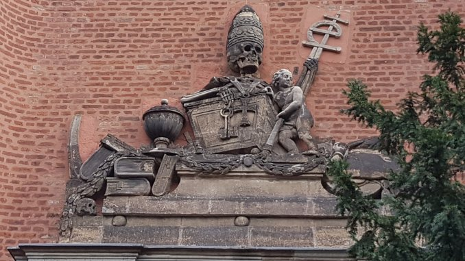 """Relief """"Triumph des Todes"""" an der Elendskirche in Köln"""