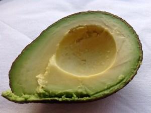 Eine halbe, entkernte Avocado