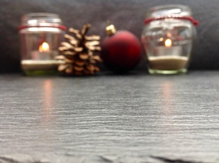 Teelichter, Tannenzapfen & Weihnachtskugel bei Köstliches aus Vorarlberger