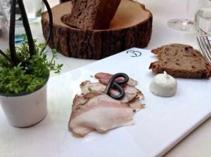 Kamptaler Wurzelspeck, Kresse, Butter und Traubenkernbrot im Heurigenhof Bründlmayer in Langenlois in der Wachau