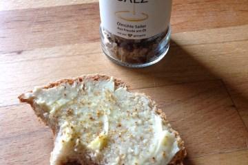 Brot mit Sennbutter von der Sennerei Huban in Doren und Leindottersalz von der Ölmühle Sailer in Lochau
