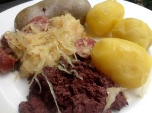 Blutwurst, Leberwurst und Genusswurzen von der Metzgerei Walser in Meiningen, Kartoffeln vom Kaufmannsladen und Sauerkraut