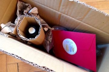Geschenkpaket mit Inhalt von KÖSTLICHES AUS VORARLBERG und persönlicher Grußkarte