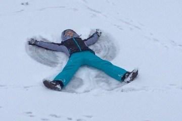 Saskia Lohs macht ein Schnee-Engerl