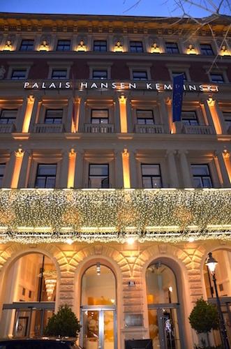 Eingangsbereich des Palais Hansen Kempinski Vienna weihnachtlich beleuchtet