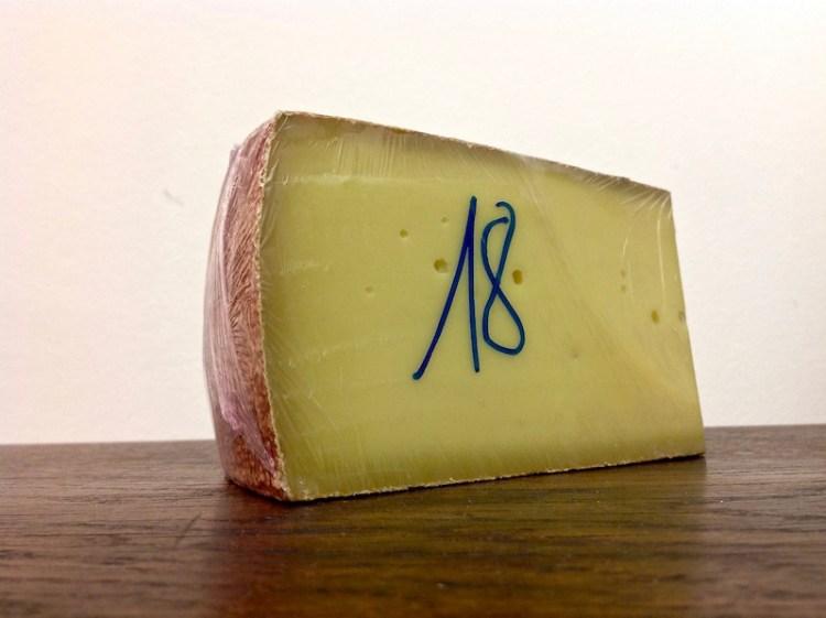 Käse straff in Frischhaltefolie gepackt