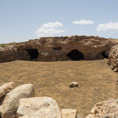 Felsenhöhlen von Nomaden / Rock caves of nomads
