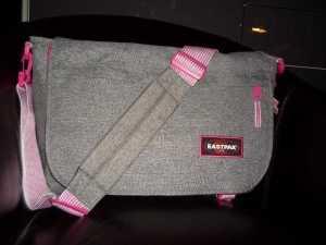 Ein Design der Eastpak Delegate in grau und pink.