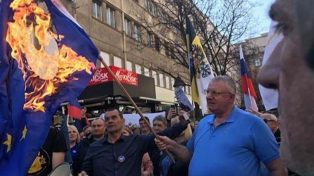 Shesheli djeg flamuj të BE-së e të NATO-s
