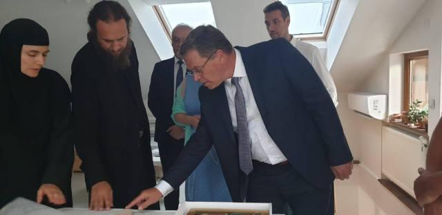 """Ministri i Kulturës, Hysni Ismaili, sot ishte për vizitë pune në Strumicë, ku me kabinetin e tij, i vizituan institucionet në fushën e kulturës në këtë qytet, si dhe ndërtesën ku po ndërtohet """"Teatri i Vjetër""""."""