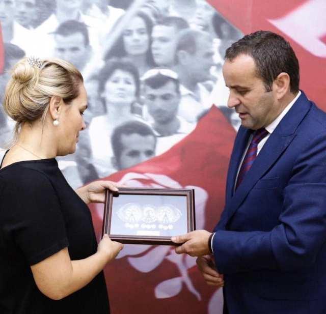 Ministri Xhemaili u takua me kryetaren e LSI-së, Monika Kryemadhi