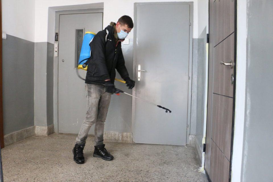 Ganiu  Dezinfektojmë hyrjet e ndërtesave kolektive në lagjen Fushë Topanë