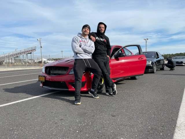 Njihuni me dy shqiptarët në SHBA që thyenë rekordin në shpejtësi me makina (Video)