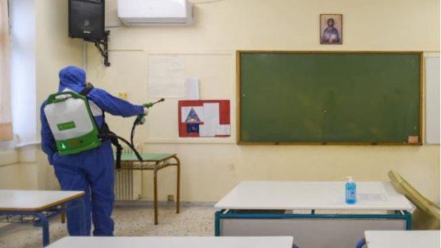 Disa nxënës të shkollave të mesme në Greqi kthehen në shkollë, por me një test negativ për Covid-19