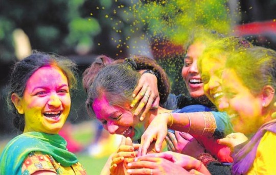 girls celebrating holi