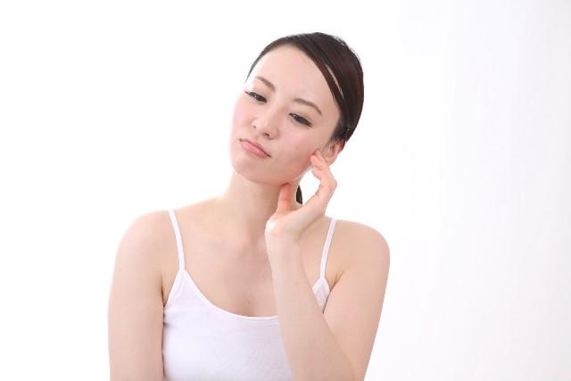 顔にできているこの脂肪の塊みたいな白いプツプツは稗粒腫といいます