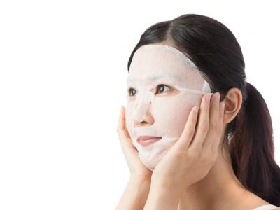 フェイスマスクをする女
