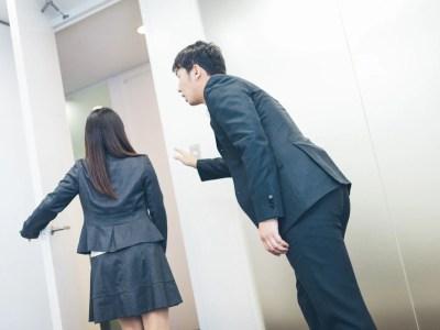 女性を追いかける女性