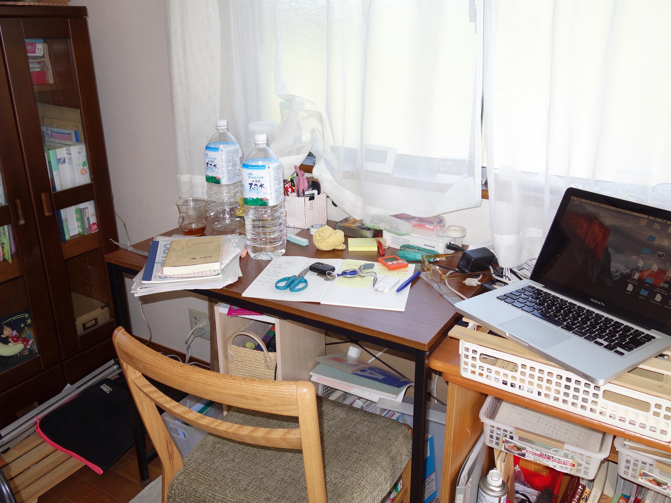 デスク,片付け,整理,仕事効率化,資料,書類,仕事はパンパン,全然片付いていない,