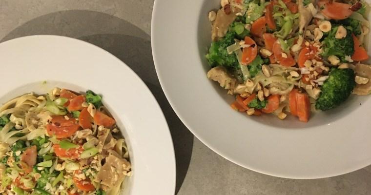 Vegetarische kip-pasta met broccoli en wortel