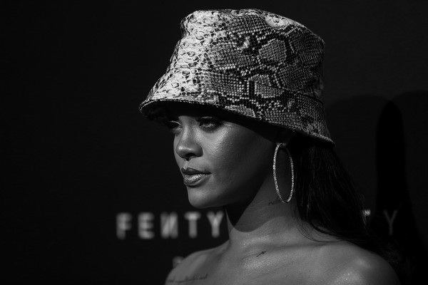 Celebrity Beauty of The Day: Rihanna Is The Goth Queen In Dark Metallic Lipstick 3