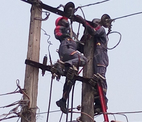 Customer Owing Electricity Company N200,000, Assaults Officers Who Wanted To Disconnect His Service 4