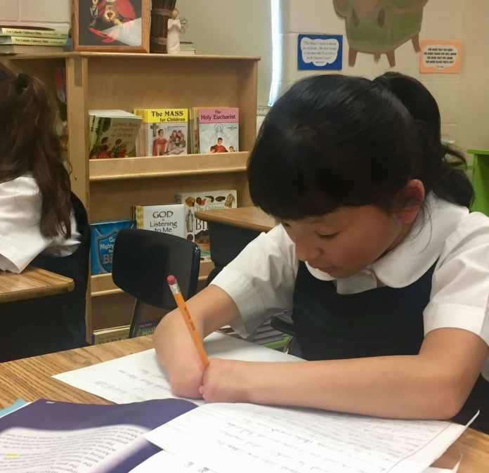 10-year-old Girl Born Without Hands Wins National Handwriting Competition 3