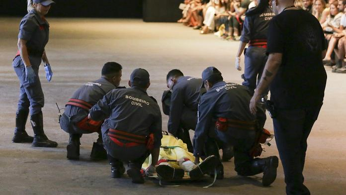 Model Collapses And Dies Whilst Catwalking On The Runway During A Live Fashion Show 4