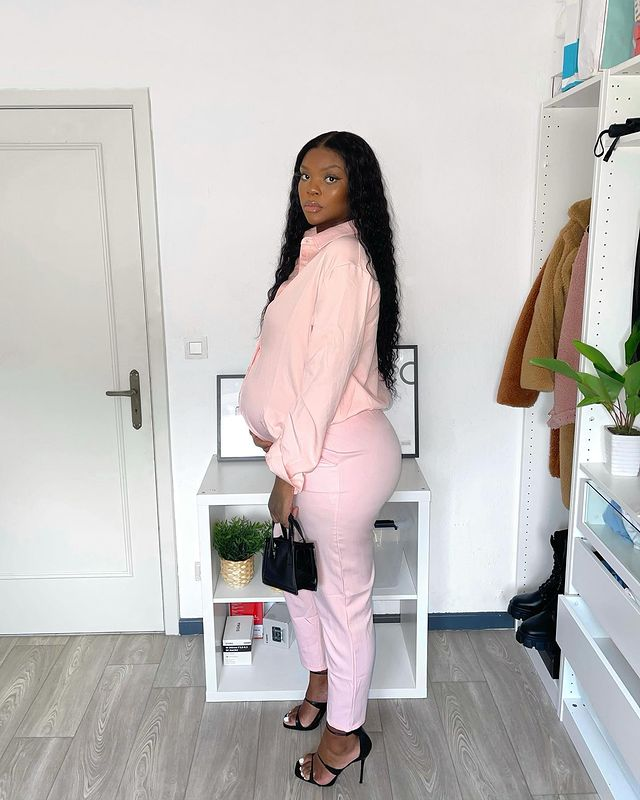 Elizabeth Zola Is One Stylish And Chic Mum To Be With Effortless Style