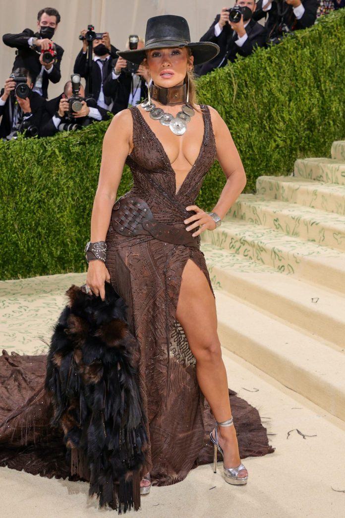 Jennifer Lopez And Ben Affleck Share A Mask Kiss At The Met Gala 22 KOKOTVNG