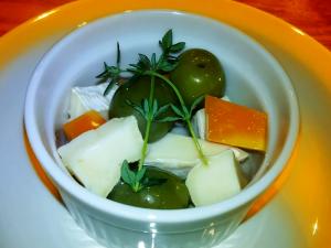 オリーブ&チーズのオイル漬け