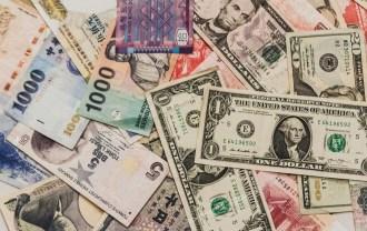 散らばった海外紙幣