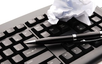 ペンとキーボードとメモ紙