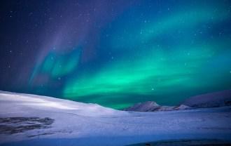 オーロラと雪原の画像