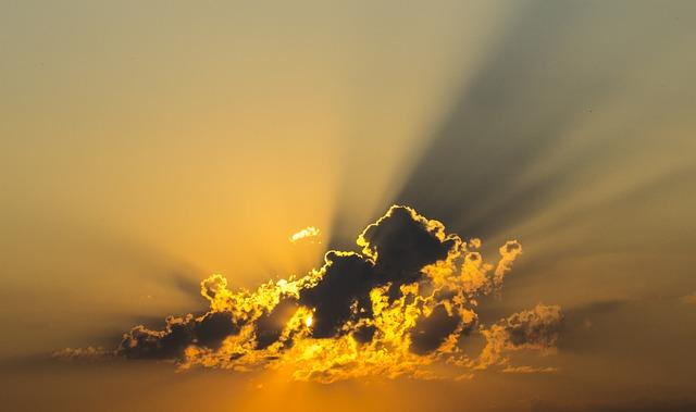 光る雲の画像