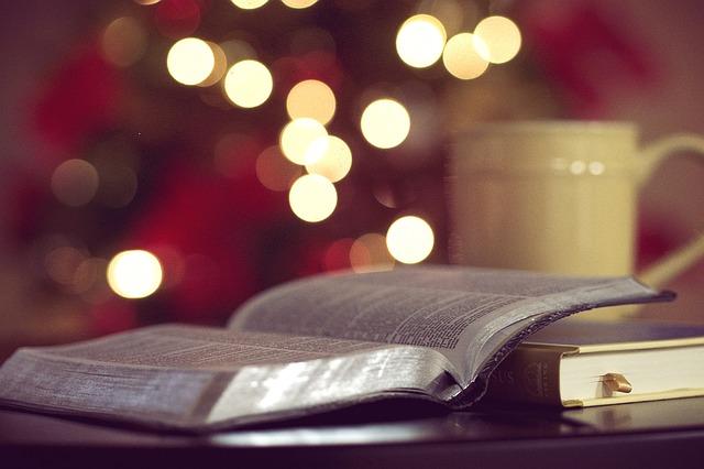 本とマグカップの画像