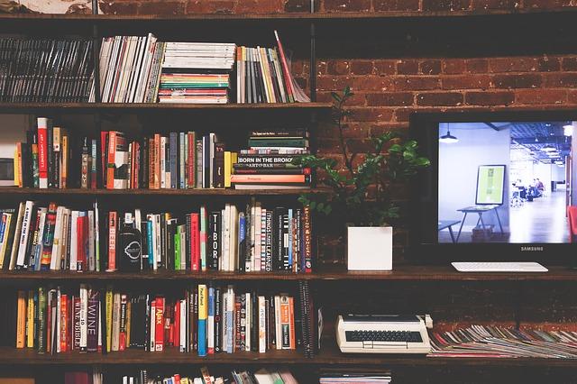 テレビの横に本棚がある部屋の画像