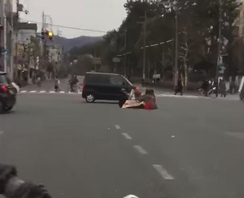 【京都】百万遍交差点でこたつ囲んで鍋してた男女は京大吉田寮生説が濃厚に