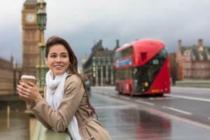 日本人男性との国際結婚離婚率が低いイギリス人女性が、ロンドンブリッジでコーヒーを飲む