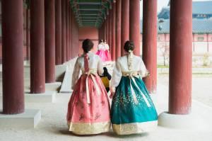 日本人男性との国際結婚離婚率が低い朝鮮女性が、チマチョゴリを着て歩く