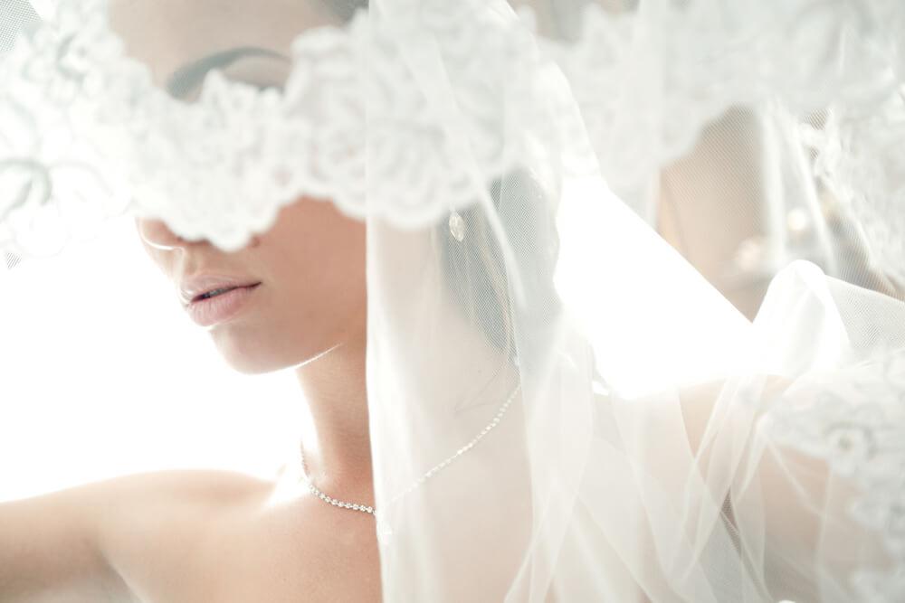 ヴェールに覆われて表情が見えない花嫁
