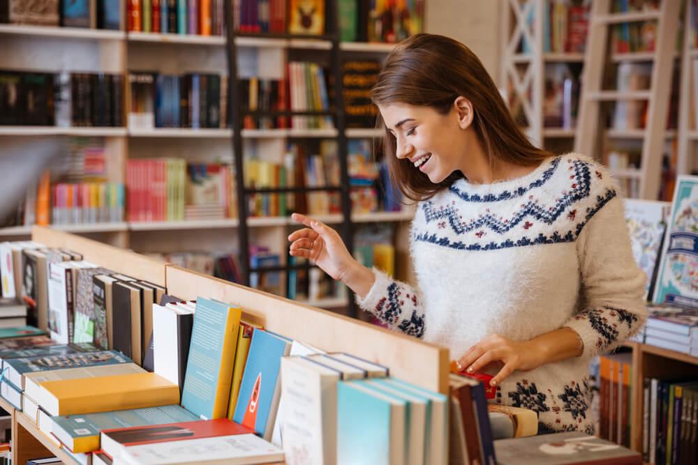 書店で専門書を探している外国人女性