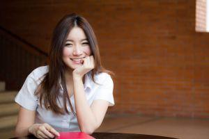 リクルートスーツを着た大人っぽいアジア人女性