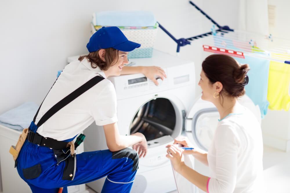 男性店員に洗濯機の性能と値段について細かく聞く、中国人