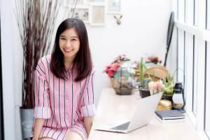 こちらに向かって微笑みかける日本人女性